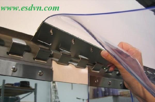 Lắp màn nhựa pvc vào thanh treo màn nhựa đã cố định